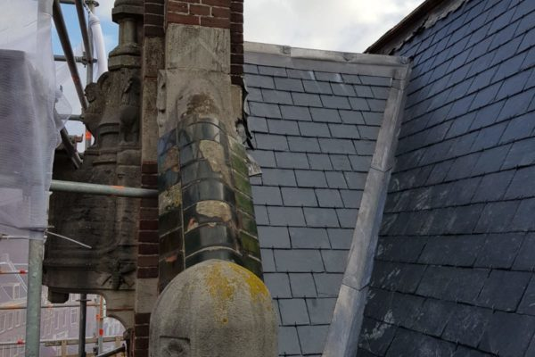 zijaanzicht klassieke gevelstenen dak Choorstraat Utrecht en nieuwe leistenen.