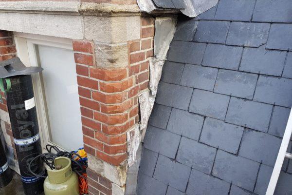 dak- en gevel worden hersteld op de Choorstraat in Utrecht. Leistenen en sierlijsten.