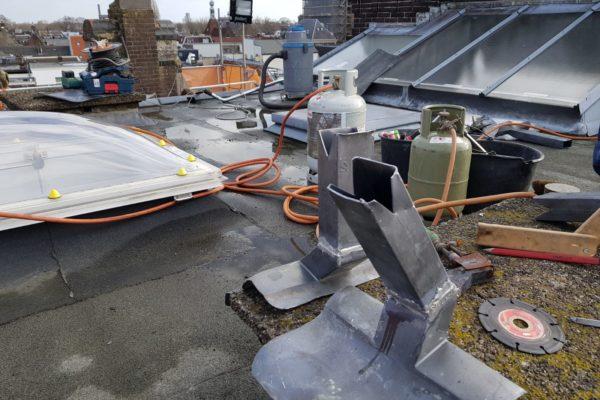 Dakherstelwerkzaamheden Choorstraat Utrecht. Apparatuur staat op het dak.