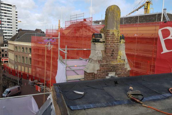 Dakdekkerswerkzaamheden Choorstraat in Utrecht met zicht op steiger en oude schoorsteen