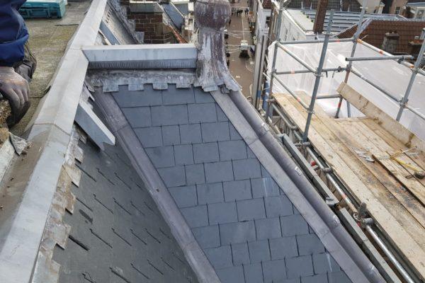 close up van nieuwe lei tegels dak Choorstraat