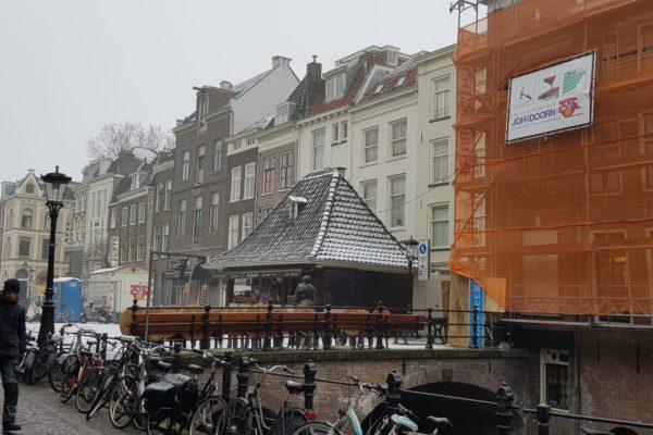 zicht op de Kalisbrug in Utrecht met steiger schilder bouw glas van Doorn Bilthoven