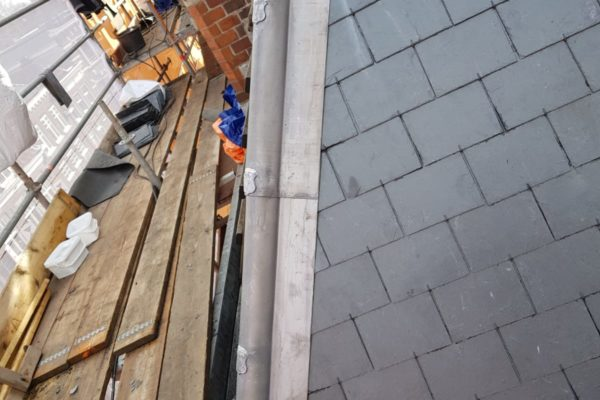 Authentieke waterafvoer belegd met wapenschilden op hersteld dak Choorstraat Utrecht