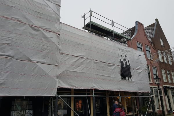 Ingepakte steiger aan gevel Springhavertheater in Utrecht