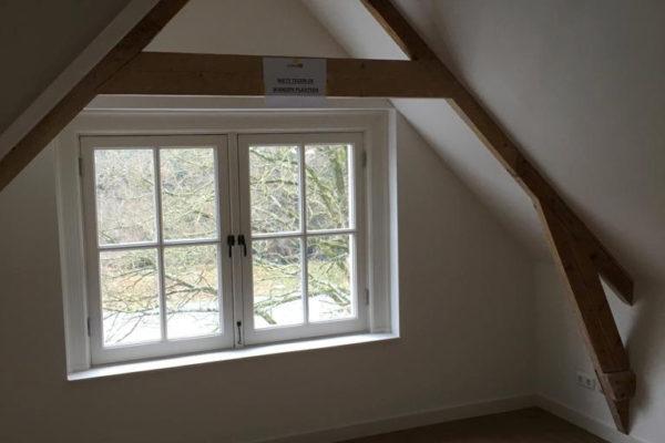 Houtwerk en raam zolderkamer geschilderd in Huis ter heide door schildersbedrijf Jo. van Doorn