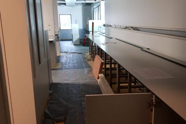 Stuclopers op de vloer. Schilderen in het laboratorium LUMC Leiden.