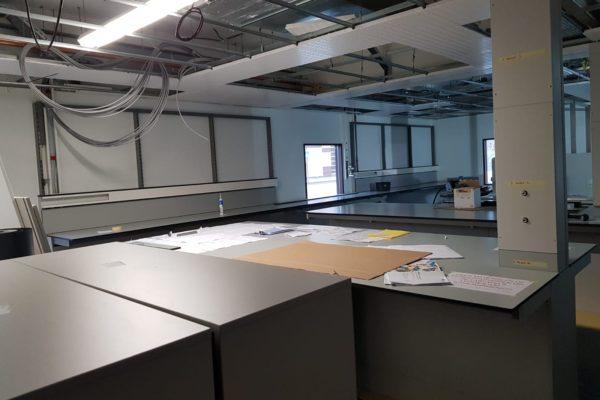 Plafondplaten labratorium LUMC zijn verwijderd voor schilderwerk.