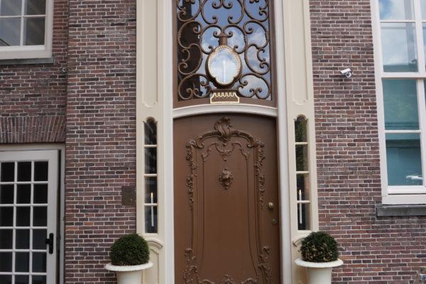Utrecht Paushuize, schilderwerk achterzijde toegangsdeur. Decoratieschilderwerk si een van de specialiteiten van Joh van Doorn De Bilt BV De Bilt BV actief met buitenschilderwerk